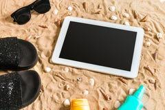 Lata klapy, pastylka, sunglass i seashell na piasku, z miejscem dla twój teksta Odgórny widok Obraz Royalty Free