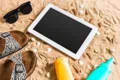Lata klapy, pastylka, sunglass i seashell na piasku, z miejscem dla twój teksta Odgórny widok Zdjęcie Royalty Free