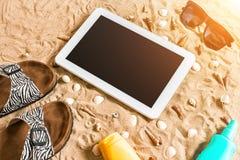 Lata klapy, pastylka, sunglass i seashell na piasku, z miejscem dla twój teksta Odgórny widok Obrazy Stock