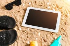 Lata klapy, pastylka, sunglass i seashell na piasku, z miejscem dla twój teksta Odgórny widok Obrazy Royalty Free