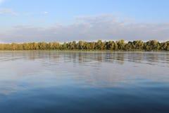 Lata krajobraz, rzeka i drzewa, Zdjęcie Royalty Free