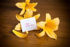 Lata kwitnienia kwiaty żółta leluja na drewnianym zdjęcia royalty free