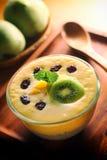 Lata Mangowy Dojny potrząśnięcie z Chia ziarna puddingiem Obraz Royalty Free
