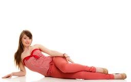 lata mody Nastoletnia dziewczyna w czerwonym stroju odizolowywa zdjęcie royalty free