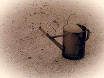 Lata molhando metálica velha Estilo monocromático da imagem do vintage fotos de stock royalty free