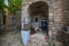 Lata molhando perto da casa velha Imagem de Stock Royalty Free