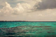 Lata morze z błękitne wody fala Plenerowy tropikalny lata morza raj Spokój turkus woda Zdjęcia Royalty Free