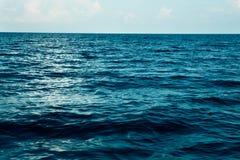 Lata morze z błękitne wody fala Plenerowy tropikalny lata morza raj Spokój turkus woda Obraz Royalty Free