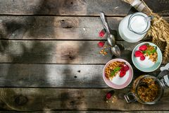 Lata śniadanie - granola z truskawkami i jogurtem obrazy stock