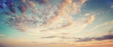 Lata nieba chmury zdjęcia stock