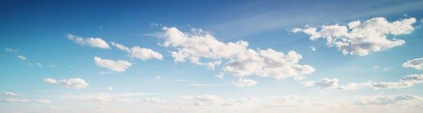 Lata nieba chmury obrazy stock