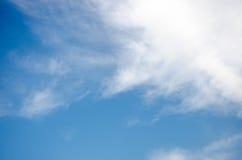 Lata niebieskie niebo z piękną chmurą Zdjęcie Stock