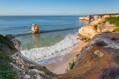 Lata no oceano com as ondas azuis bonitas portugal Imagem de Stock Royalty Free