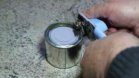 Lata o guisantes de la abertura con el abrelatas de lata almacen de metraje de vídeo