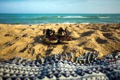 Lata obuwie I szkocka krata Na piasek plaży, zbliżenie wakacje pojęcie zdjęcie royalty free