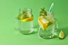 Lata odświeżenia napój na zielonym tle Domowej roboty iskrzasty koktajl w szklanych słojach Pojęcie zimna alkoholiczka lub zdjęcia stock