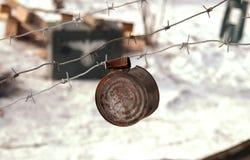 Lata oxidada en el alambre de púas Fotografía de archivo libre de regalías