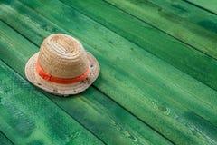 Lata Panama słomiany kapelusz na zielonym drewno stole Fotografia Stock