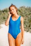 Lata plażowy pojęcie Portret piękna kobieta w błękitnym bikini na tropikalnej białej piasek plaży w zwrotnikach Zdjęcie Royalty Free