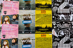 Lata plakat reklamy lokalnych wydarzenia w Angielskim i Hiszpańskim na ścianie Zdjęcia Royalty Free