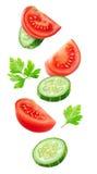 Latać plasterki pomidor i ogórek Obraz Royalty Free