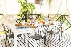 Lata plenerowy kontynentalny śniadanie na ogrodowym tarasie obraz royalty free