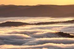 Lata pogodowy zjawisko Sezonowy krajobraz z ranek mgłą w dolinie Chmury przemaczali dolinę pod poziomem góry fotografia stock