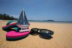Lata pojęcie żeglowanie statku model, okulary przeciwsłoneczni i menchia sandały -, Obraz Royalty Free