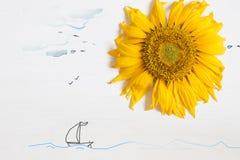 Lata pojęcie, słonecznik i morze z jachtem, - słońce Zdjęcia Stock