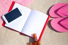 Lata pojęcie trzepnięcie klapy, ręcznik, telefon, książka i suntan lotio -, Zdjęcia Royalty Free