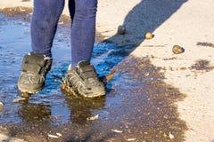 Lata przespacerowania dzieciak w butach w kałuży Zdjęcie Royalty Free