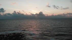 Lata słońce ustawia przeciw pięknemu morzu śródziemnomorskiemu z falami uderza skalistego seashore Powietrzny trutnia widok zdjęcie wideo