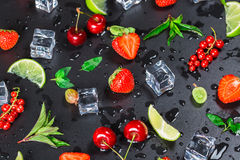 Lata ` s świeża owoc, jagoda rodzynki, agresty, wiśnie, wapno, truskawki i świezi nowi liście, Zdjęcie Royalty Free