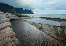 Lata Senja wybrzeże Szczerbił Ersfjord, Norwegia, biegunowy fotografia stock