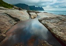 Lata Senja wybrzeże Szczerbił Ersfjord, Norwegia, biegunowy obraz royalty free