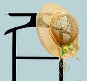 Lata sunhat na ubraniach dręczy, lokaj nad błękitem obraz royalty free
