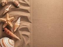 Lata tło Lat akcesoria, lata pojęcie Rozgwiazda z piaskiem jako tło Fotografia Stock