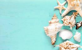 Lata tło, morze łuska na turkusowego błękita drewnie, odgórny widok, kopii przestrzeń Zdjęcie Stock