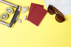 Lata tło, plażowi akcesoria odgórny widok i paszporty, podróży pojęcie zdjęcia stock