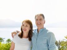 Lata t koszula biały szablon Szczęśliwa w średnim wieku rodzinna para przy wakacje Plażowy i wakacyjny pojęcie Odbitkowa przestrz fotografia stock