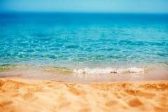 Lata tropikalny tło z piaskiem, morzem i niebem, Lato ca Zdjęcie Royalty Free