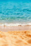 Lata tropikalny tło z piaskiem, morzem i niebem, Lato ca Obraz Royalty Free