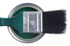 Lata verde da pintura com a escova isolada em um branco fotografia de stock