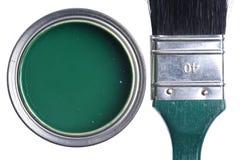Lata verde da pintura com a escova isolada em um branco fotografia de stock royalty free