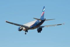 Latać w niebieskim niebie Aerobus A320-214 V Obruchev (VQ-BAZ) Aeroflot Fotografia Stock