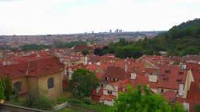 Lata widok z lotu ptaka Stara Grodzka architektura z czerwień dachami w Praga, republika czech zbiory wideo