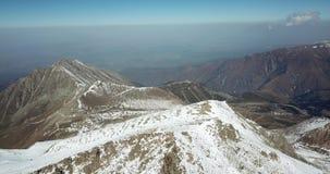 Lata wokoło śnieżnych szczytów szczyt Strzelać z trutniem zdjęcie wideo