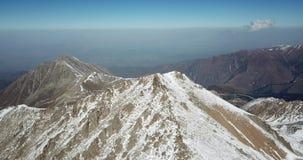 Lata wokoło śnieżnych szczytów szczyt Strzelać z trutniem zbiory wideo