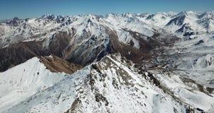 Lata wokoło śnieżnych szczytów szczyt Strzelać z trutniem zbiory