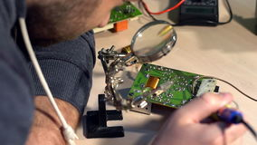 Lata y circuito que sueldan, placa de circuito electrónica metrajes